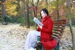Den läs- naturen är in min hobby, den flicka lästa boken sitter bänken Royaltyfri Fotografi