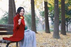 Den läs- naturen är in min hobby, den flicka lästa boken sitter på bänken Royaltyfri Foto