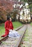 Den läs- naturen är in min hobby, den flicka lästa boken sitter på stängerna Royaltyfri Foto