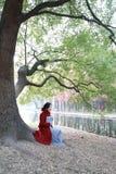 Den läs- naturen är in min hobby, den flicka lästa boken sitter under stort träd Royaltyfria Bilder