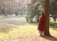 Den läs- naturen är in min hobby, den flicka lästa boken sitter under stort träd Arkivbilder