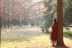 Den läs- naturen är in min hobby, den flicka lästa boken sitter under stort träd Arkivfoton