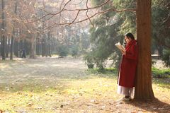 Den läs- naturen är in min hobby, den flicka lästa boken under stort träd Royaltyfri Foto