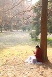 Den läs- naturen är in min hobby, den flicka lästa boken under stort träd Arkivbild