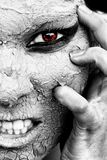 Den läskiga blicken av en kvinna med torr hud och ett rött öga fotografering för bildbyråer