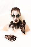 Den läskiga clownen mjölkar badet Arkivfoton