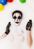 Den läskiga clownen mjölkar badet Arkivbilder