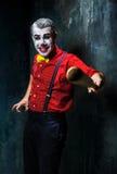 Den läskiga clownen och baseball-slagträet på dackbakgrund för den grymma säger miniatyrreaperen halloween för kalenderbegreppsda Arkivbild