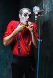 Den läskiga clownen och droppanden med blod på dackbakgrund för den grymma säger miniatyrreaperen halloween för kalenderbegreppsd Royaltyfria Foton