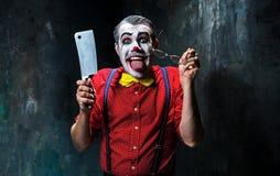 Den läskiga clownen som rymmer en kniv på dack för den grymma säger miniatyrreaperen halloween för kalenderbegreppsdatumet lyckli Arkivfoton