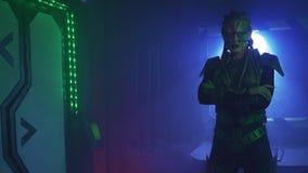 Den läskiga främlingen bär harnesken som står med hennes armar, korsade, 4k stock video