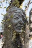 Den läskiga stenen - vagga skulpturer av jätte- huvud som snidas in i sandstenklippan Arkivfoton