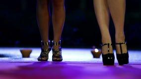 Den låga vinkeln sköt av kvinnor som dansar på röd matta på natten lager videofilmer