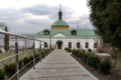 Den långa banan till kyrkan Dystra himlar över kyrkan Kyiv Arkivbilder