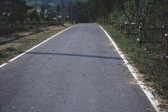 Den långa cementvägen väghemmet royaltyfri bild