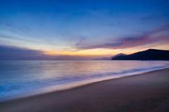 Den långa exponeringsstranden sköt på solnedgången i brasiliansk seacoast Arkivbilder
