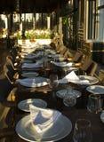 Den långa tabellen i restauranden tjänade som för flera personer med gla fotografering för bildbyråer