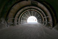 Den långa underjordiska tunnelen i alpint skidar semesterorten arkivfoton