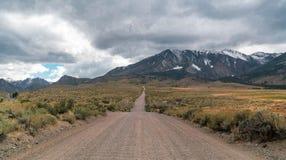 Den långa vägen till Parker Lake Trail Head royaltyfria foton
