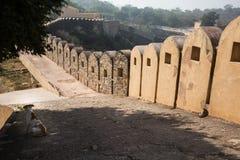 Den långa väggen i det Mahargarh fortet Arkivbilder
