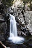 Den långa vattenfallet Yosemite för den exponeringsChilnualna slingan parkerar arkivbild