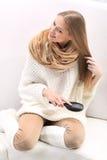 Den långhåriga blonda flickan kammar henne hår Royaltyfri Bild