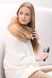 Den långhåriga blonda flickan kammar henne hår Fotografering för Bildbyråer