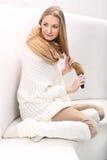 Den långhåriga blonda flickan kammar henne hår Royaltyfria Foton