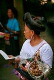 Den långhåriga kvinnan av det Yao folket säljer souvenir till turister royaltyfria bilder