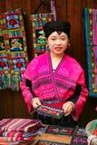 Den långhåriga kvinnan av det Yao folket säljer souvenir till turister royaltyfria foton
