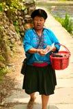Den långhåriga kvinnan av det Yao folket säljer souvenir till turister royaltyfri fotografi