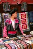Den långhåriga kvinnan av det Yao folket säljer souvenir till turister arkivfoto