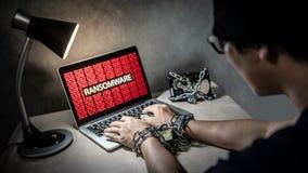 Den låsta händer och ransomwarecyberen anfaller på bärbara datorn royaltyfri bild