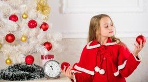 Den låtna ungen dekorerar julträdet Favorit- dekorera för del Få barn gällt dekorera Flicka som ler framsidahållen royaltyfria bilder