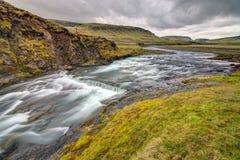 Den lösa Fjadra floden i Island Arkivbild