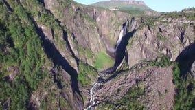 Den lösa naturen vaggar stenbergvattenfallet sörjer trädskogklippan på landskap för solig dag, i att förbluffa flyg- sikt för sur arkivfilmer