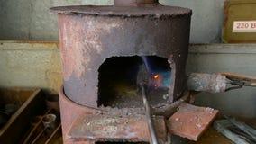 Den Lötkolben im Ofen löten, den Auto ` s Heizkörper reparierend stock footage