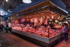 Den LaBoqueria marknaden i Barcelona, slaktare` s shoppar royaltyfria foton