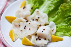 Den lagade mat fisken filea stycket med kryddor på plattan - kött för pangasiusdockafisk arkivbild