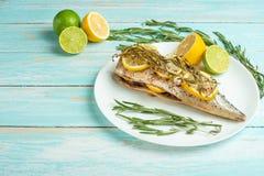 Den lagade mat makrillen på en vit platta med kryddor, örter, citron, kalkar och saltar Bästa sikt, utrymme för att kopiera eller arkivbild