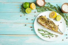 Den lagade mat makrillen på en vit platta med kryddor, örter, citron, kalkar och saltar Bästa sikt, utrymme för att kopiera eller royaltyfria foton