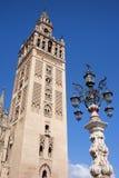 Den LaGiralda domkyrkan står hög i Seville Royaltyfri Bild