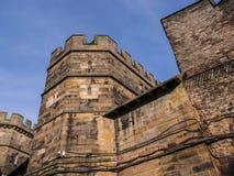 Den Lancaster slotten och det tidigare fängelset i England är i mitten av staden fotografering för bildbyråer