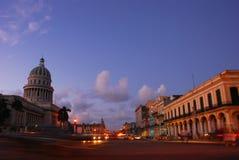 Den landens huvudstadbyggnad och oppositen shoppar hus i Havana Cuba på skymning Arkivfoton