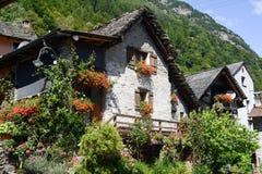Den lantliga byn av Sonogno på den Verzasca dalen Royaltyfri Bild