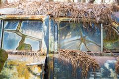 Den lantliga metallen på en övergiven lastbil royaltyfri bild