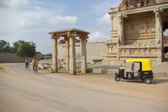 Den lantliga templet för siktsgulingrickshawen fördärvar, Hampi, Arkivfoto