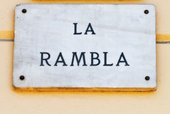 Den LaRambla gatan undertecknar in Barcelona Arkivfoton