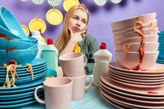 Den lata kvinnan känner sig trött av hushållsarbete royaltyfri fotografi