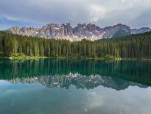Den Latemar monteringen och trän reflekterade i Karersee sjön, Dolomites, Italien Arkivbilder